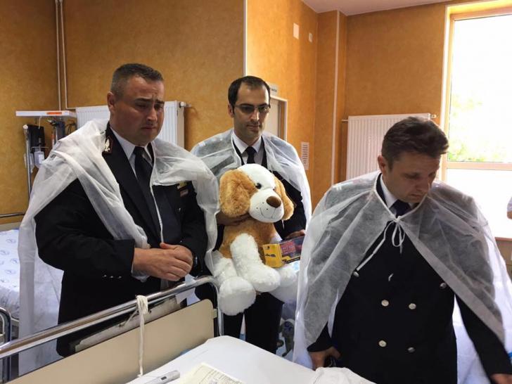 """Salvatorii copilului care a căzut în puţ, în vizită la cel mic, la spital: """"Ne-am rugat la Dumnezeu"""""""
