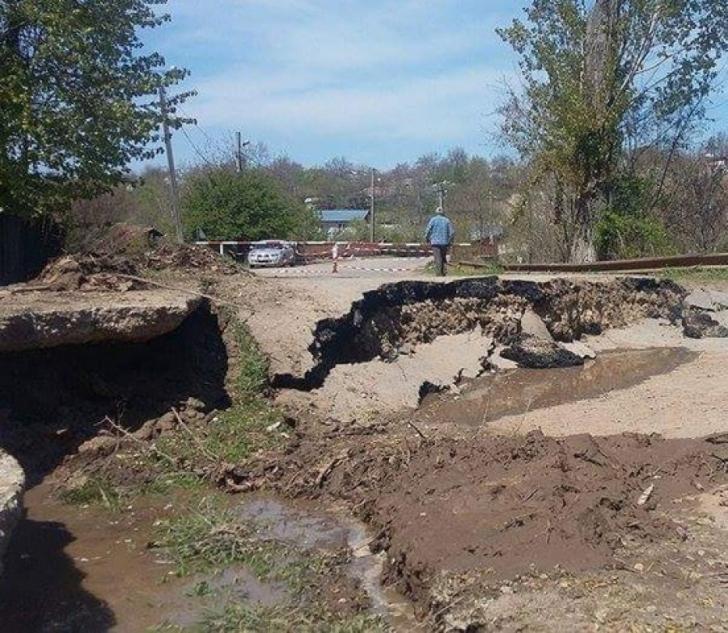 În doar 24 de ore, groapa din fundaţia drumului a ajuns la 60 de cm la aproape 2 metri. Explicaţia