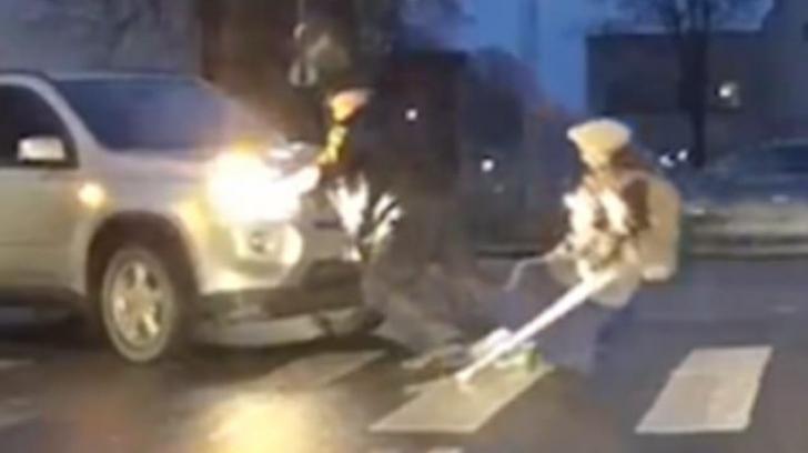 A vrut să ajute o bătrânică să traverseze strada, însă ce a urmat i-a şocat pe ceilalţi pietoni