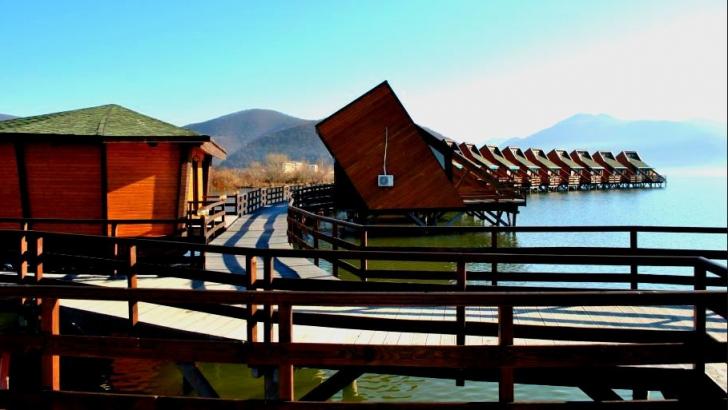 Reduceri la sejururi în primul sat de vacanță din România construit pe apă