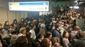 Haos la metrou, în această dimineaţă: un tren, blocat între staţii. Călătorii, evacuaţi
