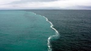Două oceane, Pacific și Artic, se întâlnesc în Golful Alaska, dar niciodată nu se amestecă. Cele două oceane, cu apă de culoare diferită, sunt delimitate de o linie de spumă.