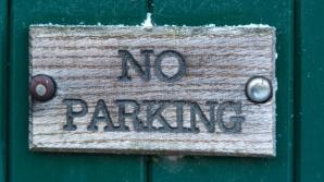 Oraşul care nu mai permite parcarea maşinilor pe stradă