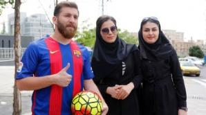 Iranianul dă autografe pe stradă