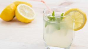 De ce să NU pui niciodată o bucată de lămâie în băutură