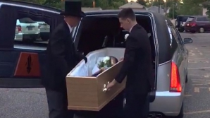 Au scos sicriul în care se afla o tânără din maşina mortuară. După câteva secunde, toţi au înlemnit
