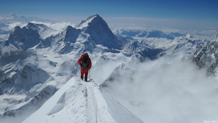 Alpinist amendat în Nepal pentru escaladarea Everestului fără autorizație