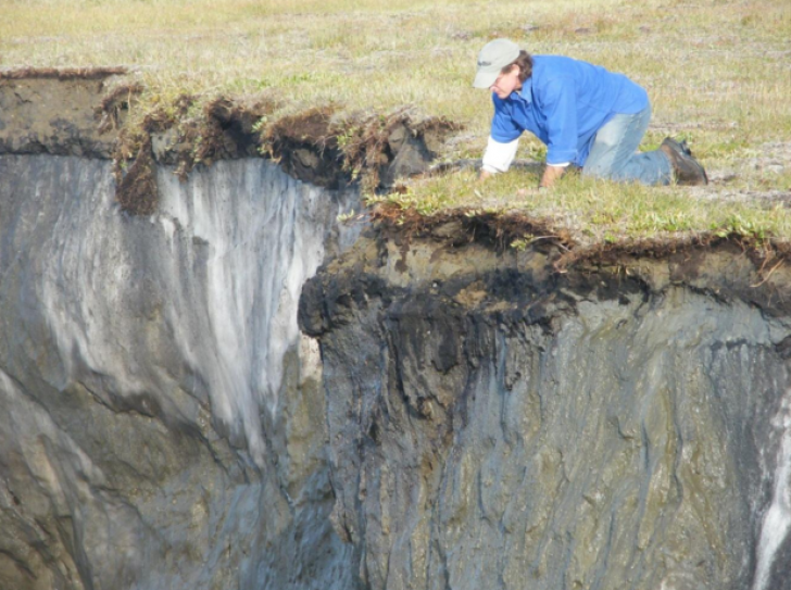 Zăpada siberiană s-a topit, a dezvăluit un CRATER.Scoate sunete ciudate. Localnicii: Poarta spre Iad
