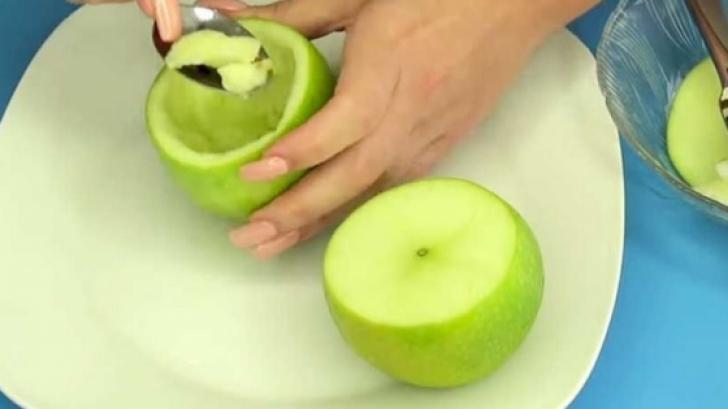A scobit un măr şi l-a umplut cu aluat. Rezultatul final? Delicios!