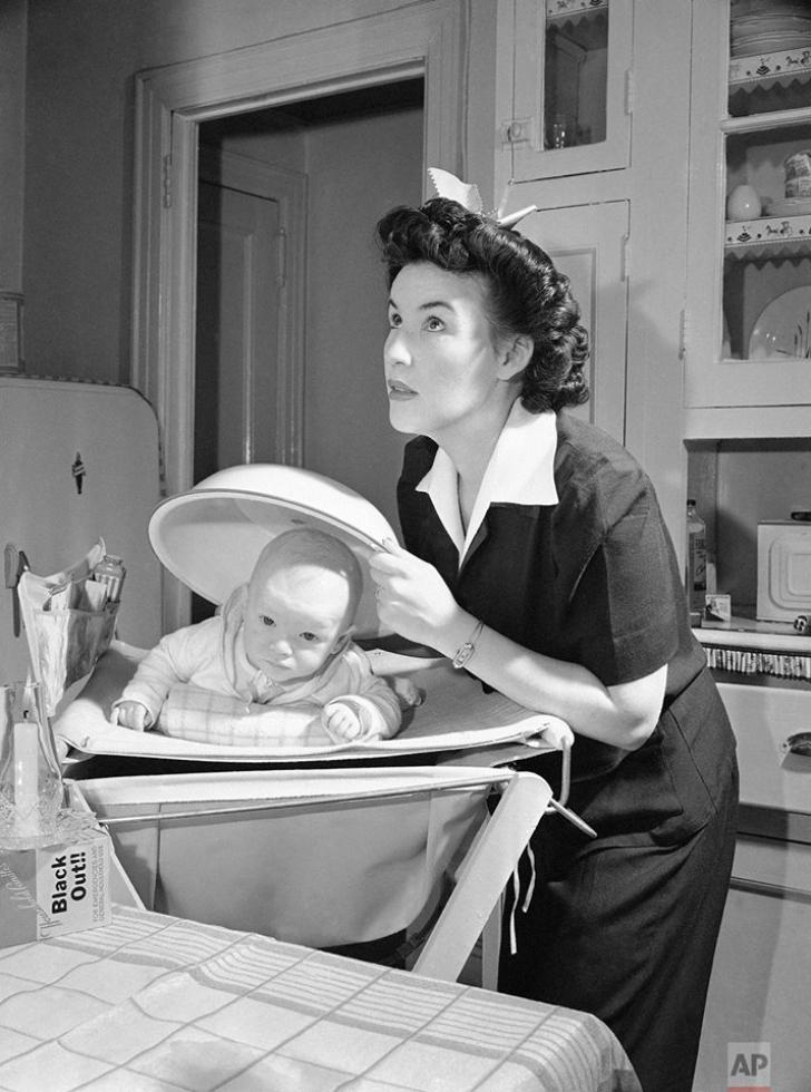 Această fotografie este una istorică, din 1942. Explicaţia pentru gestul mamei, dramatică şi dură