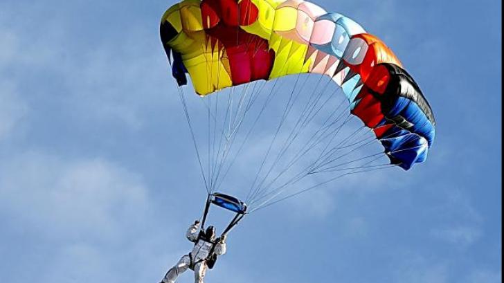 Un bărbat a făcut ISTORIE! A devenit primul om care a sărit cu parașuta dintr-o dronă