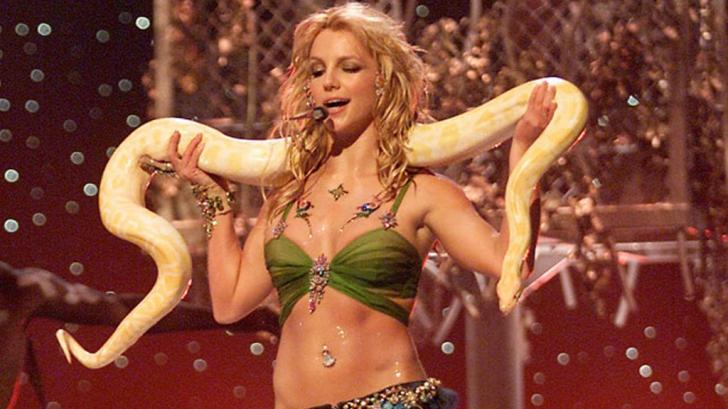 Eşti fan Britney Spears? O colecţionară scoate la vânzare cele mai celebre ţinute ale cântăreţei