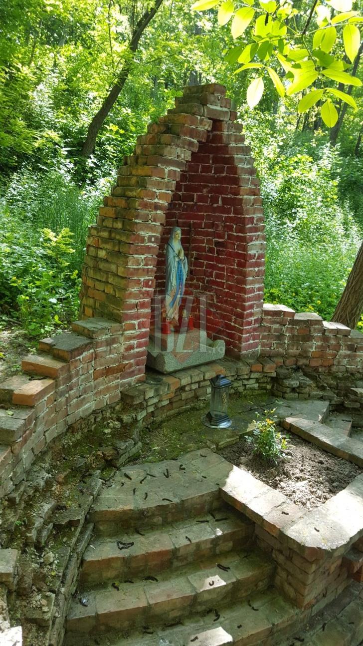 Cimitir ascuns, descoperit într-o zonă unde trăiesc milionarii Iaşiului. Imagini nemaivăzute!