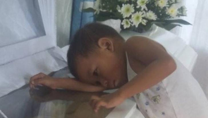 Copilul a lipit urechea de sicriul mamei, s-a întors și a spus un singur lucru. Familia a înghețat