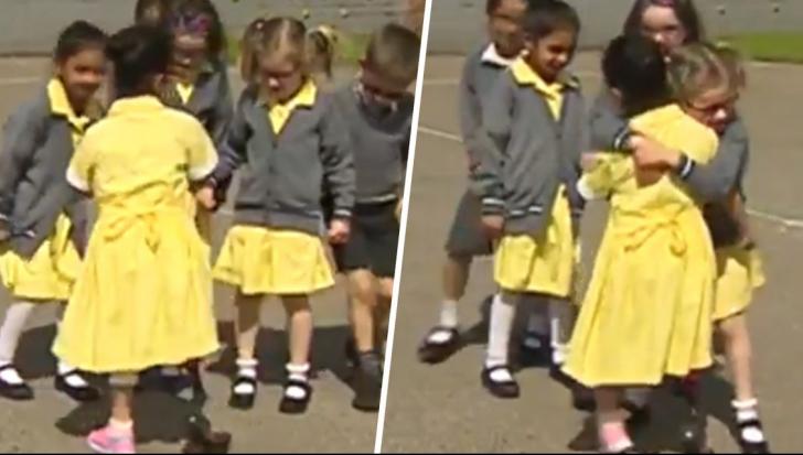 Reacţia uimitoare a unor fetiţe de 7 ani când o văd pe prietena lor cu o proteză pentru picior