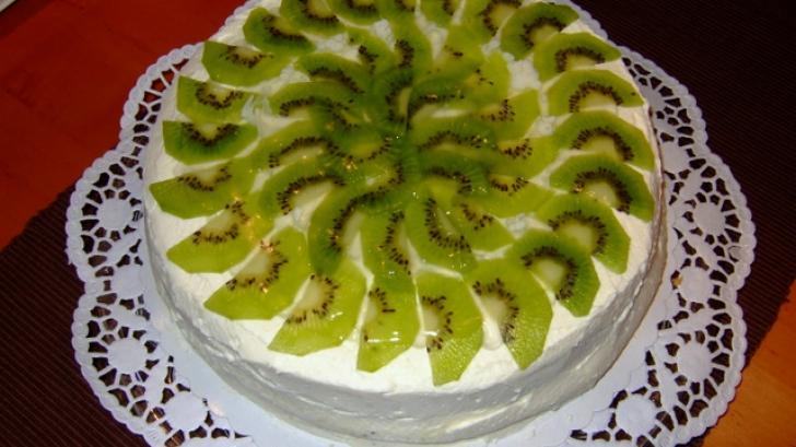 Ți-e poftă de ceva dulce? Tortul cu kiwi și frișcă se prepară foarte simplu și este delicios