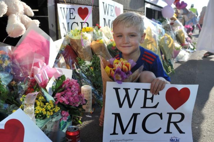 Omagiu tulburător! Sute de copii musulmani pe străzile din Manchester în memoria victimelor