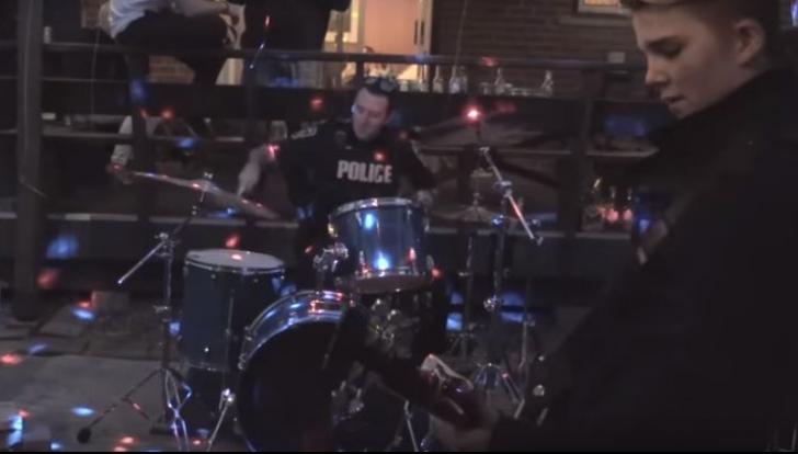 Un polițist voia să oprească un concert zgomotos, dar a urcat pe scenă și... uimitor cum a cântat