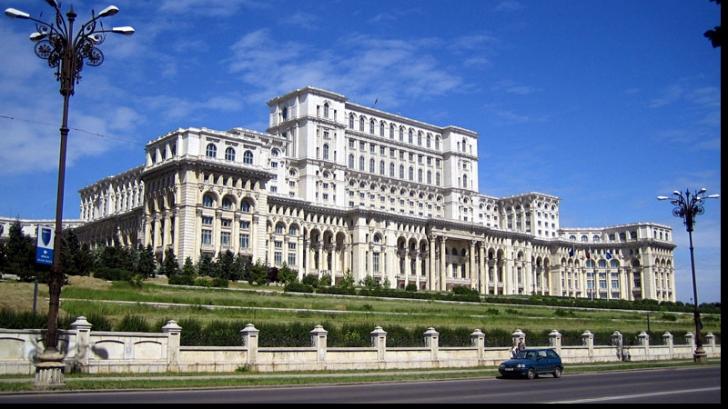 1.000 de profesori protestează în faţa Palatului Parlamentului. Motivul: Legea salarizării