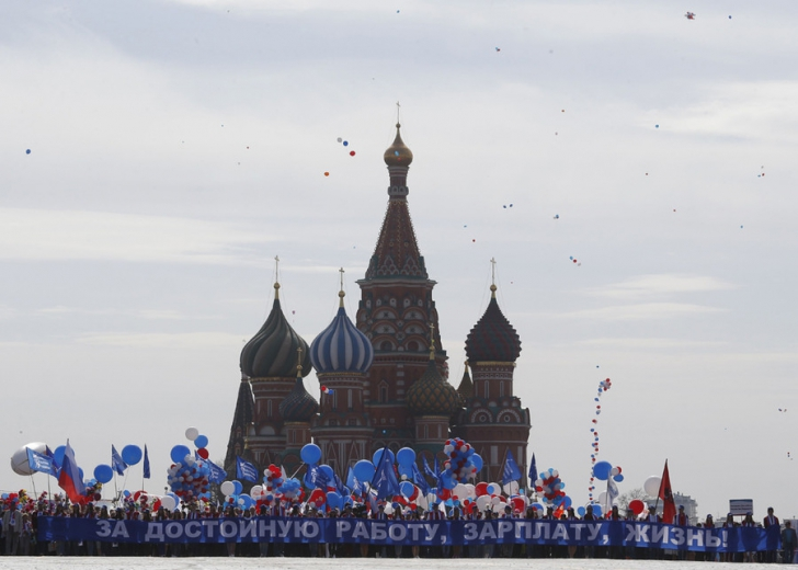 Manifestaţie uriaşă la Moscova, cu 1,5 milioane de oameni. Steaguri comuniste şi portretul lui Lenin