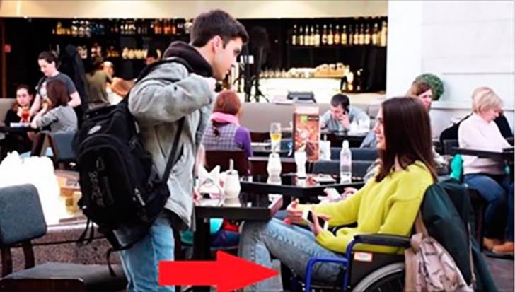 S-au cunoscut pe internet, dar ea a venit într-un scaun cu rotile! Reacţia? Vei rămâne uimit