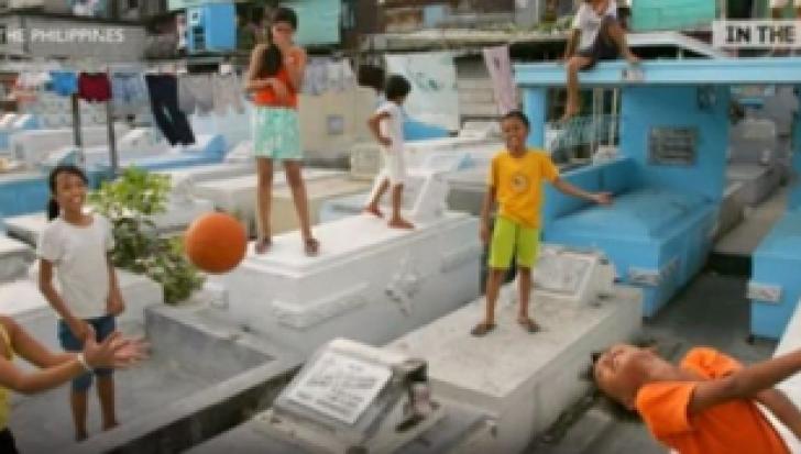 Nu au bani de chirie și TRĂIESC ÎN CIMITIR! Cum se joacă copiii printre morminte