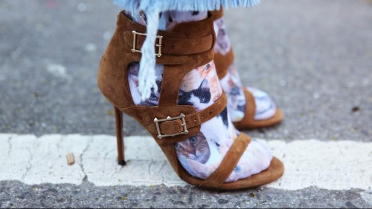 Cea mai cool tendință în modă: șosete purtate cu sandale. Ai purta așa ceva?