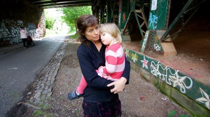 O mamă trece prin clipe de groază, după ce fetiţa ei a călcat într-un ac folosit în parc