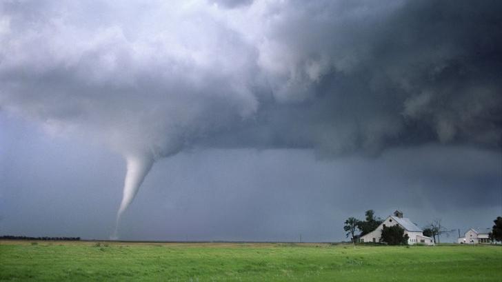ALERTĂ METEO. România, lovită de fenomene EXTREME, în următoarele zile: furtuni violente şi tornade