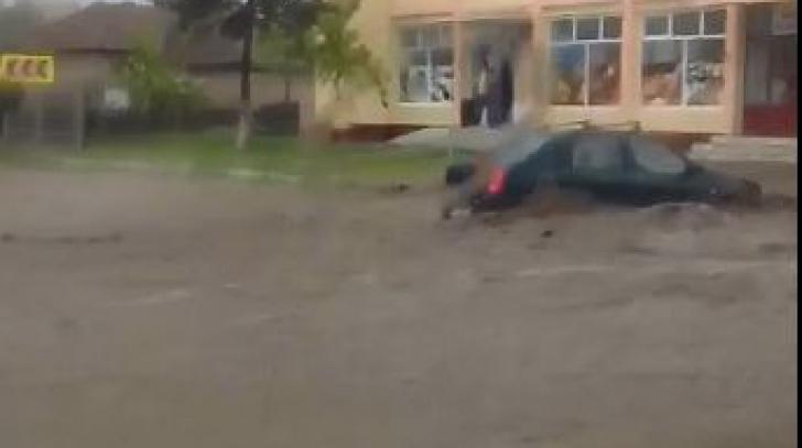 Maşini luate de puhoaie, pe DN 22A. După potop, INUNDAŢII în cinci judeţe