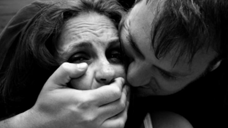 Adolescentă violată de patru bărbaţi, după ce le-a cerut indicaţii pe stradă