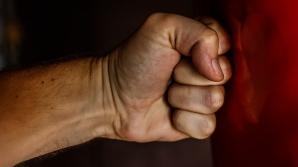 """Un bărbat din Alba Iulia, bătut în toaleta unui local: """"Nu a spus nimic, doar mă lovea"""". Ce a urmat"""