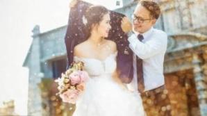 Pare o fotografie idilică de nuntă. Când vei vedea imagina completă, vei fi uluit! Nu se poate
