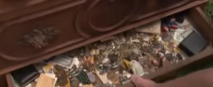 A luat cu 100$ o comodă veche de 125 ani. A găsit un sertar secret, ce era acolo i-a schimbat viaţa