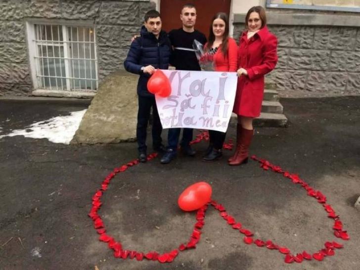 """Cum şi-a cerut un moldovean de soţie iubita. Toată lumea râde de el, dar ea a spus """"Da"""""""