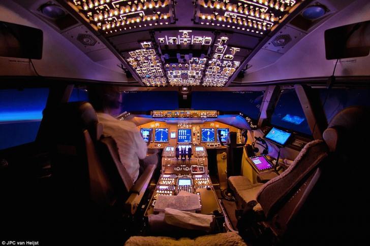 Incident la bordul unui avion Blue Air. Un pasager a încercat să intre peste piloți
