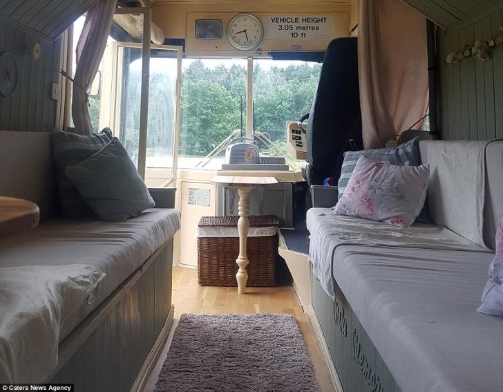 Au cumpărat un autobuz vechi, scos din uz, dar ce au făcut cu el e INCREDIBIL. Cum arată acum