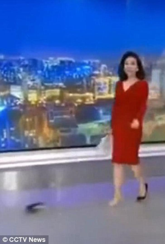 Fază comică la un post de ştiri: cum a apărut prezentatoarea. Telespectatorii au zis că nu văd bine