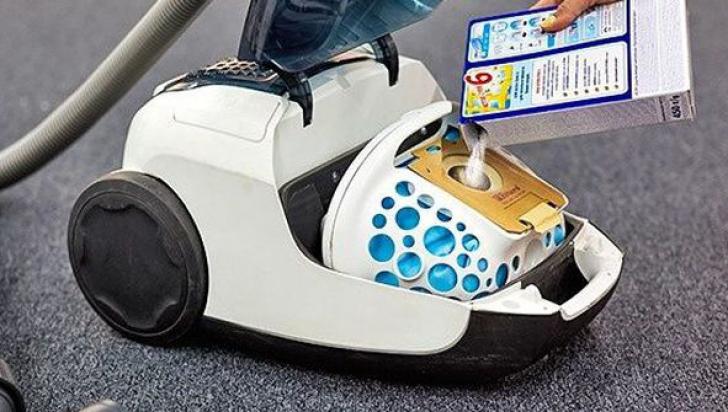 A pus detergent în sacul de praf al aspiratorului! Trucul asta îţi va schimba viaţa!