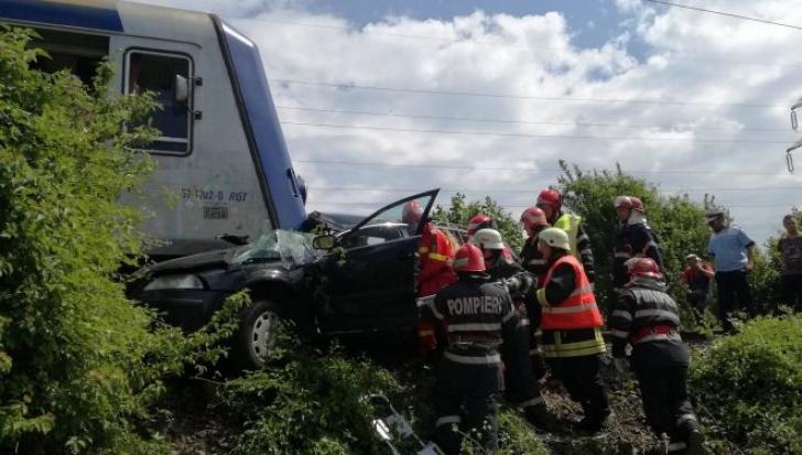 Mașină spulberată de tren în Bistrița: 4 morți și un rănit în stare gravă