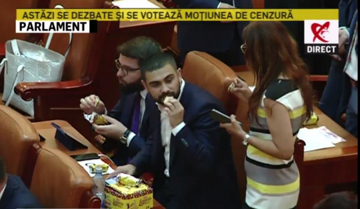 Parlamentarii, îndulciți cu biscuiți înainte de votul pe moțiune