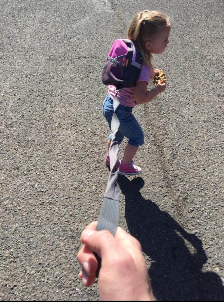 Imagini uluitoare. Un tată își ține fiica în lesă ca să nu mănânce înghețată