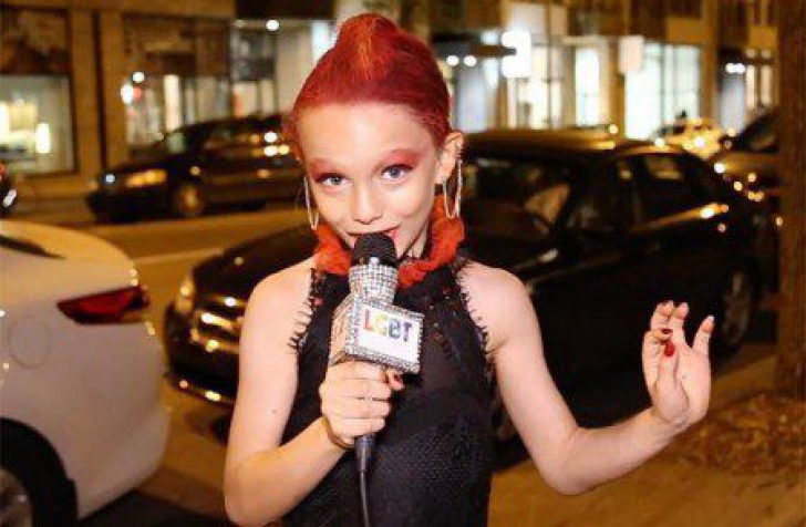 Un puști travestit a devenit vedetă! Jurnaliștii se bat între ei pentru a-i lua interviuri