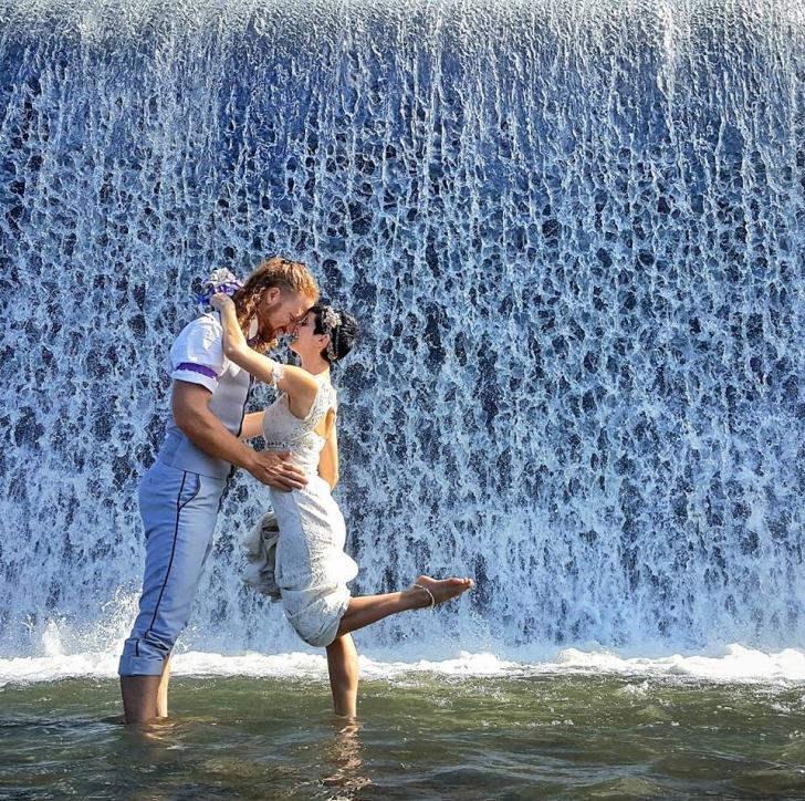 Se căsătoresc în fiecare țară pe care o vizitează. Au fost miri de 90 de ori. Imaginile, uluitoare