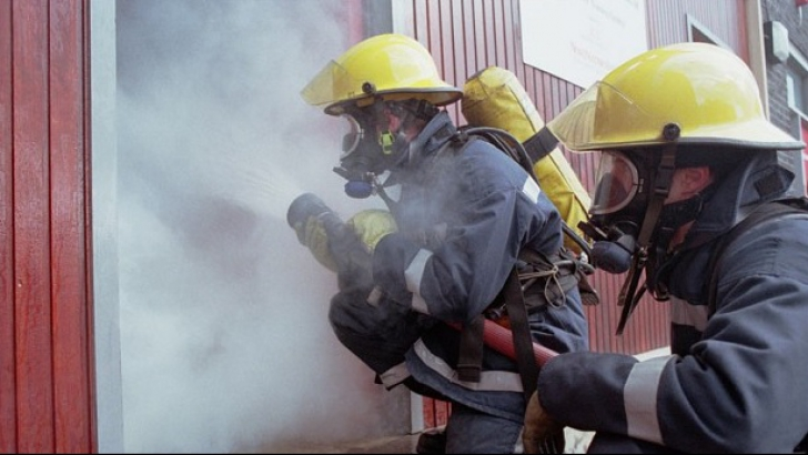 Incendiu puternic într-o hală plină cu hârtie, în Reşiţa! Pompierii intervin cu dificultate