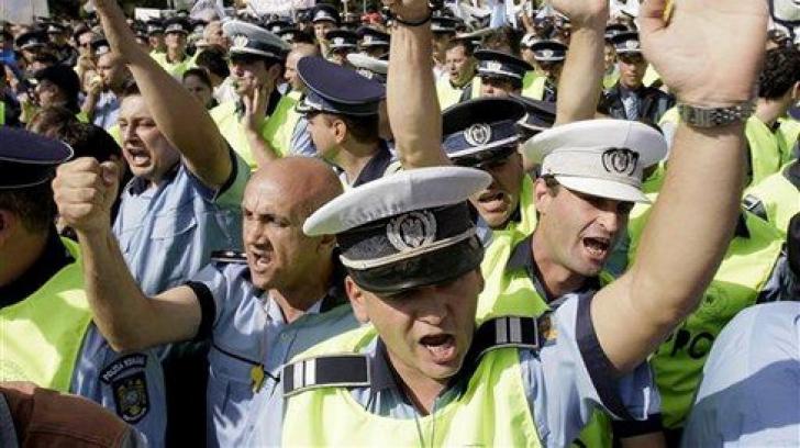 """Poliţiştii protestează în faţa sediului PSD din cauza """"salarizării precare"""" şi a """"subfinanţării MAI"""""""