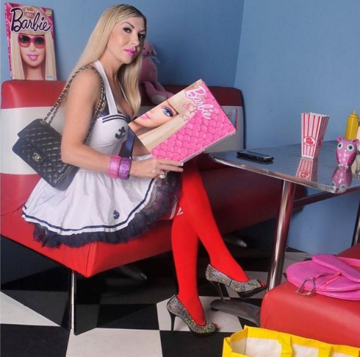 Femeia care a cheltuit o AVERE ca să arate ca o păpuşă Barbie. De ce unii râd când o văd