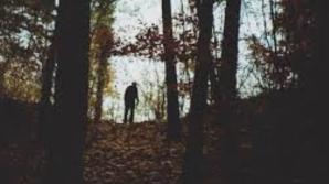 A luat-o pe scurtătură, prin pădure. A auzit un urlet. Când a dat frunzele la o parte, şoc!