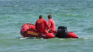 FURTUNĂ pe litoral: valuri de 2 metri. Steagul roşu, ridicat în toate staţiunile