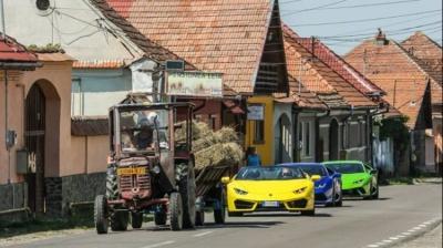 Imaginea VIRALĂ pe internet: trei bolizi de lux, în coloană după un tractor cu fân, în Sibiu